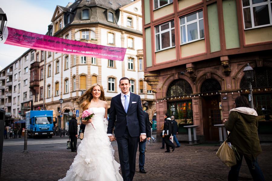 Brautpaar auf dem Weg zum Römer