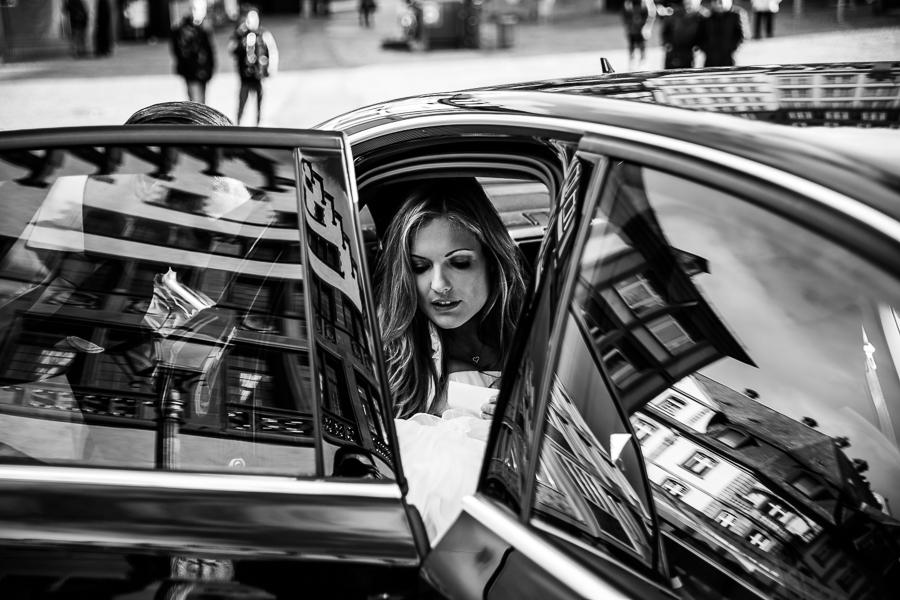 Braut steigt in's Auto